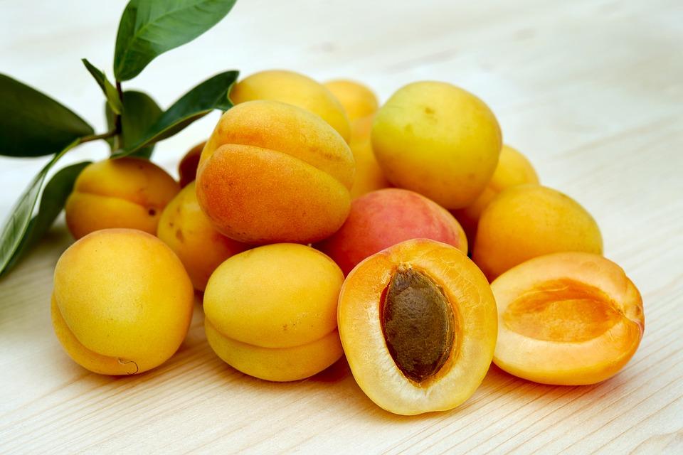 Всего один летний фрукт поможет похудеть и улучшит сон — абрикосы