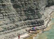 В Геленджике на пляже Сосновка отдыхающие попали под камнепад. Видео