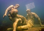В Анапе на дне моря установили скульптуру с Кокориным и Мамаевым