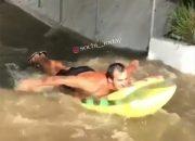 В Сочи отдыхающий устроил заплыв на матрасе по затопленной ливнем набережной