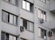 В Краснодаре в микрорайоне Гидростроителей из окна выпал парень