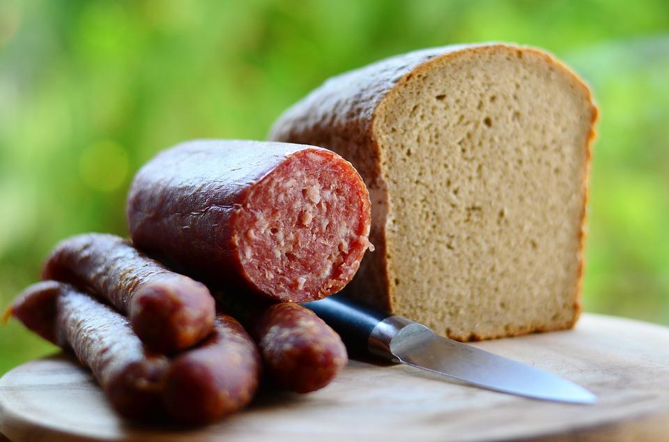 Ученые выяснили, почему бутерброды с колбасой смертельно опасны