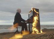 Слепой музыкант сыграл на горящем пианино на берегу Финского залива. Видео