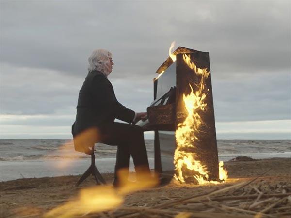 Слепой музыкант сыграл на горящем пианино на берегу Финского залива