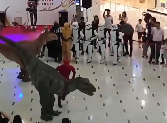 Смешное видео: кажется человек сломался, танцуют все