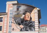 Фасад геленджикской школы украсили граффити с Евдокией Бершанской