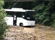 В Сочи после схода селя автобус с пассажирами застрял на дороге