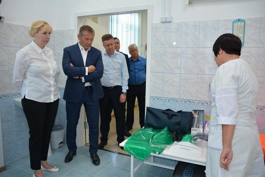 Анна Минькова вручила школам сертификаты на современное медицинское оборудование
