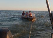 На Кубани семья с детьми застряла на лодке в лимане с лотосами