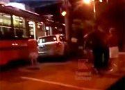 В Краснодаре внедорожник зажало между трамваем и столбом. Видео