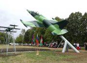 В Брюховецком районе установили военный самолет L-39