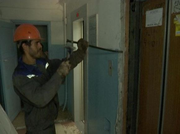 В Краснодаре четвертый месяц не могут завершить замену старых лифтов в домах
