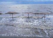 На Азовском побережье Кубани из-за шторма подтопило пляжи. Видео