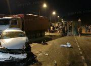 В Новороссийске зерновоз во время ДТП упал на «семерку»