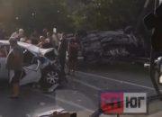 В Туапсинском районе очевидцы помогли вытащить людей из перевернувшейся машины