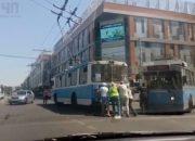 В Краснодаре пассажиры толкали потерявший ход троллейбус