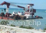 Очевидцы: в Геленджике плавучий кран прибило к берегу