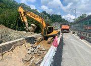 В Сочи приступили к восстановлению насыпи разрушенной дороги