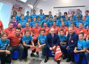 В Сочи воспитанники «Сириуса» подарили Путину хоккейную форму с номером 11