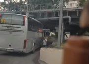 В Сочи под «мостом глупости» застрял туристический автобус