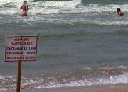 В Анапе спасатели вывесили на городских пляжах черные флаги