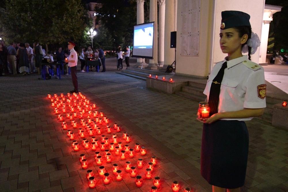Краснодарцы выложили из свечей надпись «Помним» на годовщину трагедии в Беслане