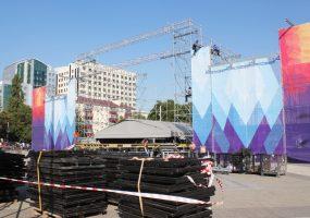 На площади в Краснодаре начали собирать главную сцену Дня города