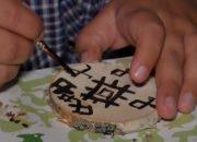 В Анапе дети в лагере на мастер-классе расписали бересту нефтью