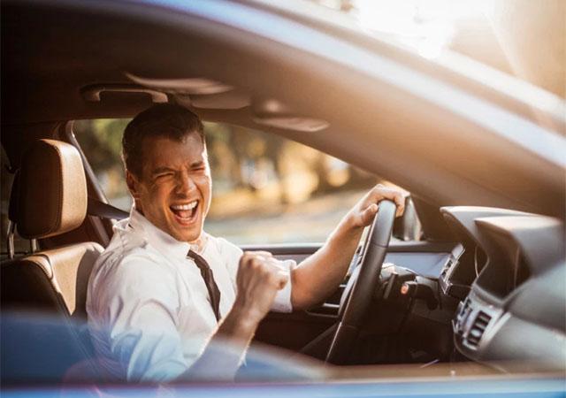 Ученые назвали песни, которые опасно слушать за рулем