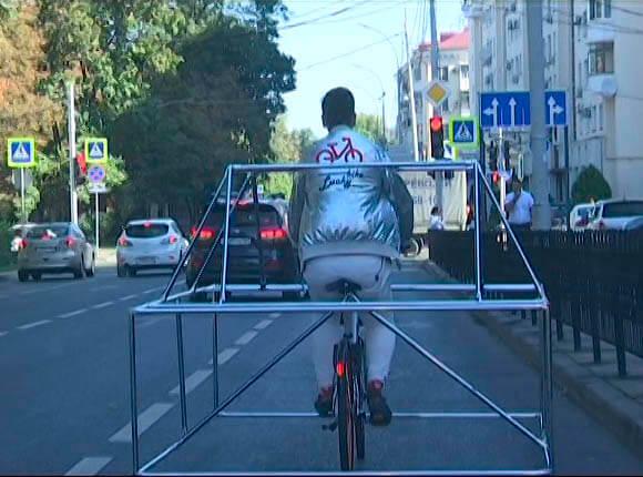 В Краснодаре мужчина оборудовал велосипед конструкцией в укор автомобилистам