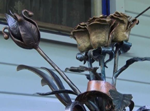 Железные розы: в Новокубанском районе мужчина ради жены освоил кузнечное дело
