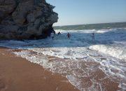Кубанская семья заплыла в расщелину между скал в Крыму и чуть не утонула