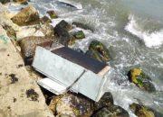 В Новороссийске к берегу моря прибило холодильник