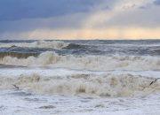 В Анапе из-за сильного ветра запретили плавать на матрасах в море