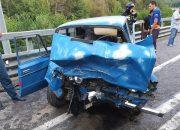 В Сочи двое водителей пострадали при лобовом столкновении