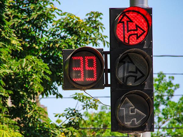Проезд на красный: ситуации, когда можно проигнорировать запрещающий сигнал