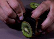 Нож — кредитка: в интернете показали кредитку, которой можно резать фрукты