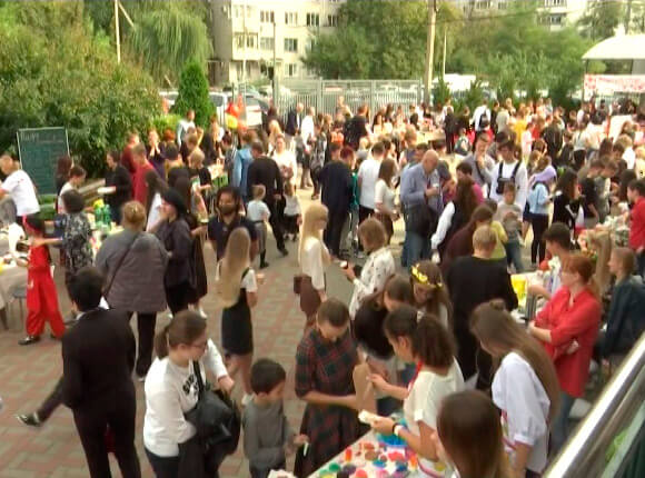 В Краснодаре школьники устроили благотворительную ярмарку для фонда «Край Добра»