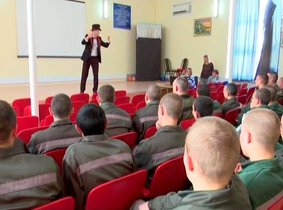В Белореченском районе жонглеры и акробаты приехали в колонию