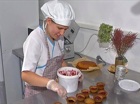 В Краснодаре девушку с аутизмом устроили работать в кафе