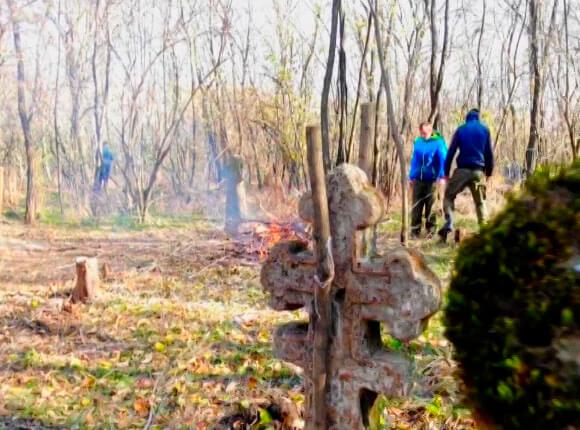 В Успенском районе казаки-волонтеры восстанавливают кладбище XIX века