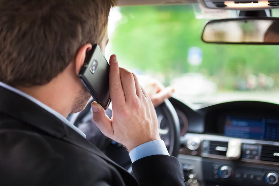 Разговоры за рулем увеличивают риск ДТП: ученые замерили водительскую реакцию