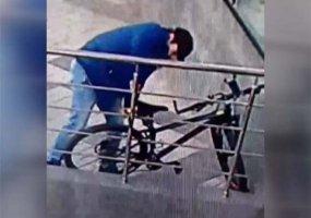 В Краснодаре разыскивают велосипедного вора, попавшего на видео