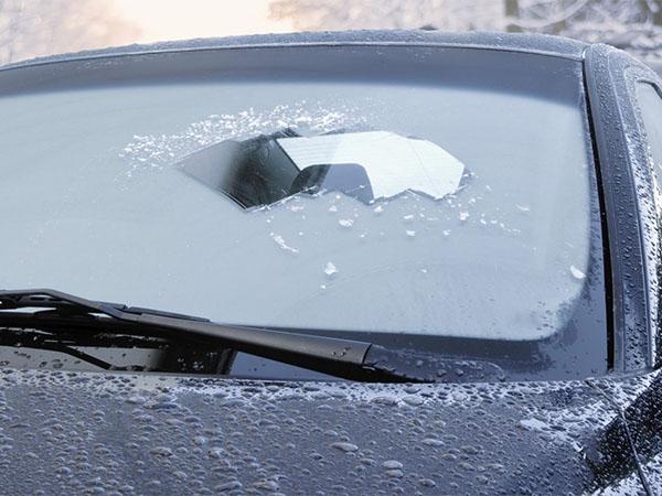 Замерзло лобовое стекло: 3 главные ошибки водителей при отогреве машины