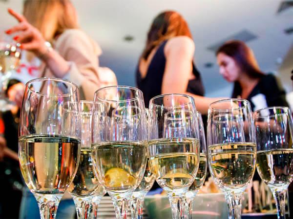 Пить и не краснеть: как правильно употреблять алкоголь на корпоративах