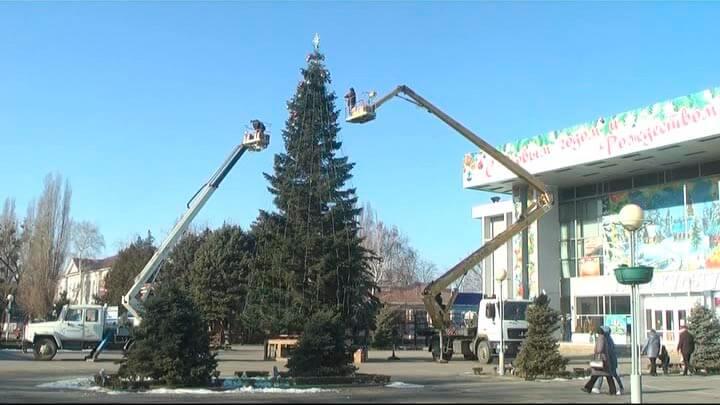 Новый год в Кропоткине: откуда в городе появилась 15-метровая елка?