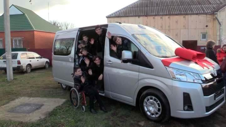 Многодетная семья из Краснодарского края получила в подарок микроавтобус