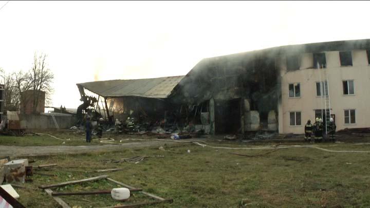 Пожар на складе бытовой химии в Краснодаре: кровля обрушилась, но все живы