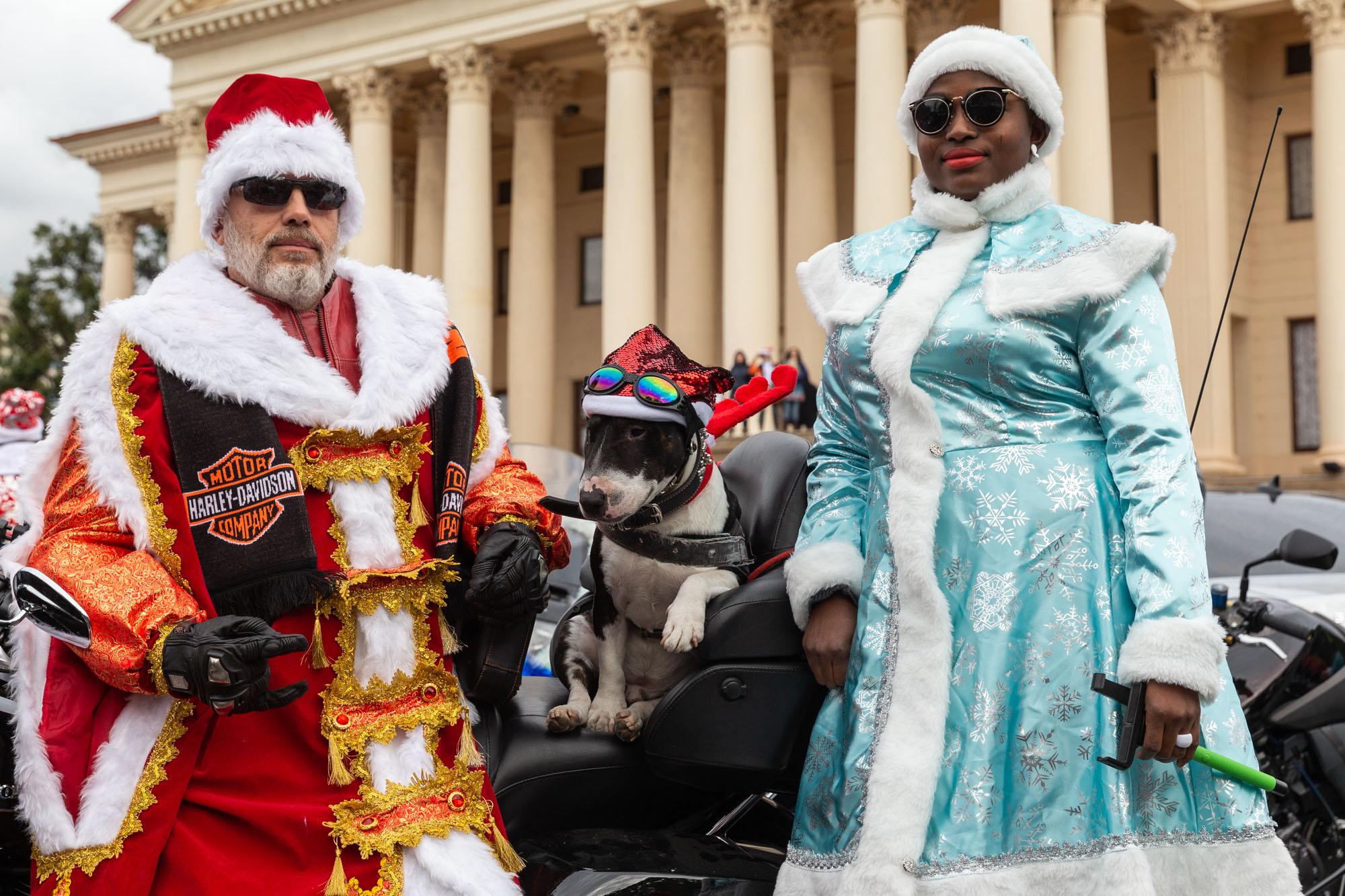 В Сочи байкеры устроили мотопарад в костюмах Дедов Морозов