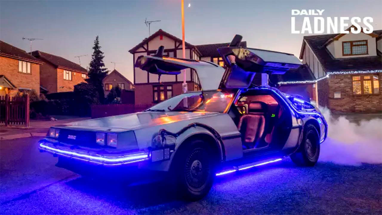 Американец сделал копию машины из «Назад в будущее» и возит детей в школу